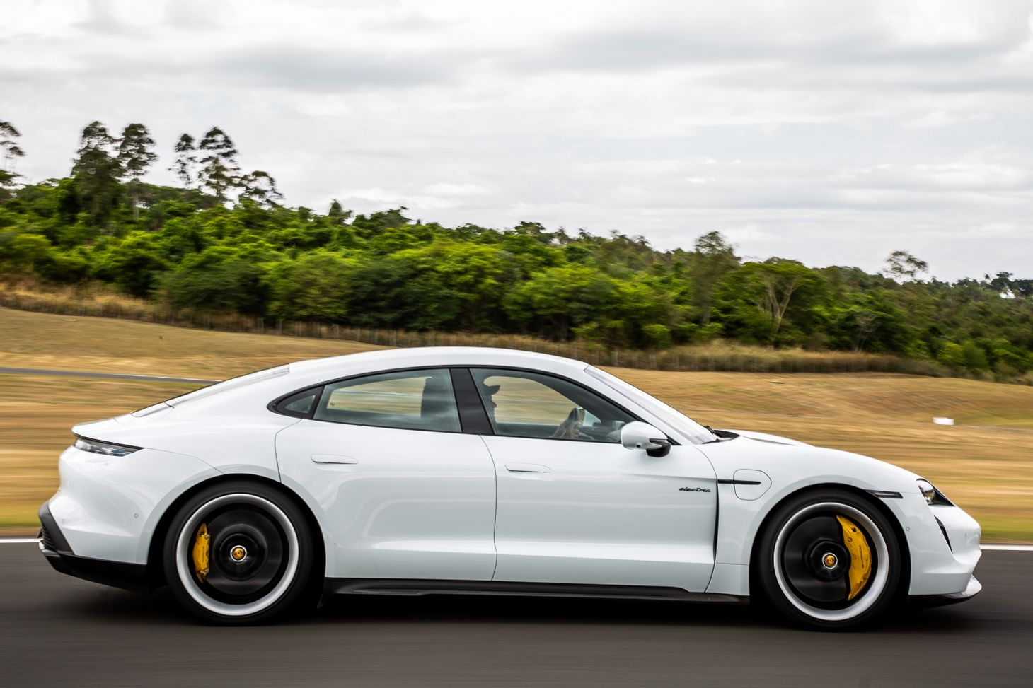 porsche taycan turbo s branco lateral
