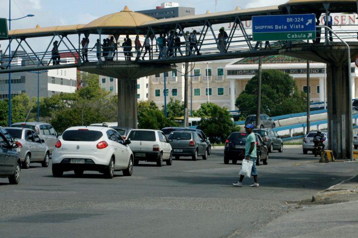 pedestre atravessando a rua debaixo de passarela em salvador bahia shutterstock