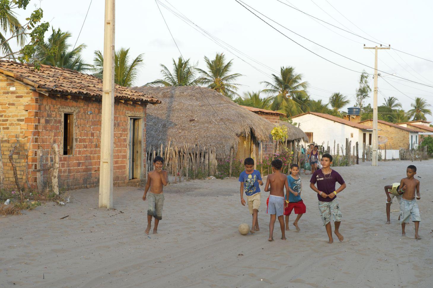 criancas jogando bola na rua em barreirinhas maranhao foto shutterstock