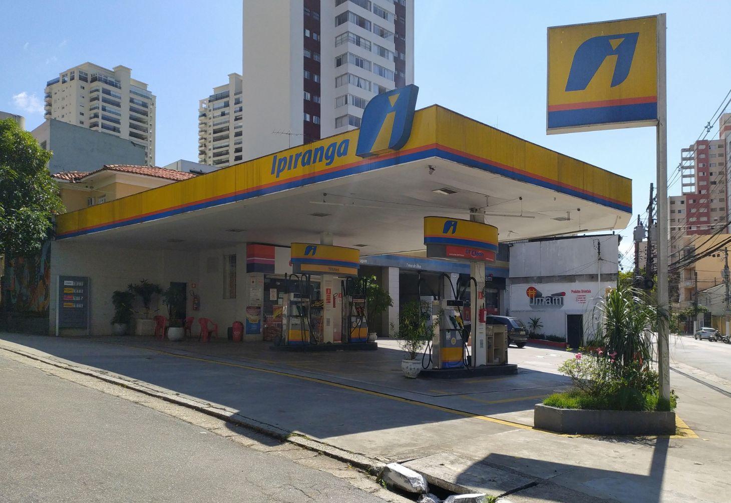 posto de combustivel ipiranga em sao paulo shutterstock