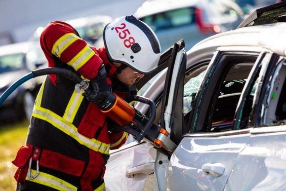 bombeiro usa ferramenta para tentar abrir estrutura de um volvo em teste de impacto