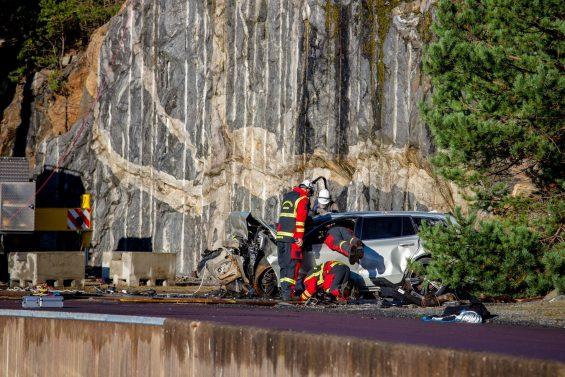 bombeiros analisando estrutura de volvo prata jogado do penhasco