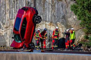 Volvo jogou 10 carros novos em penhasco para simular colisões extremas