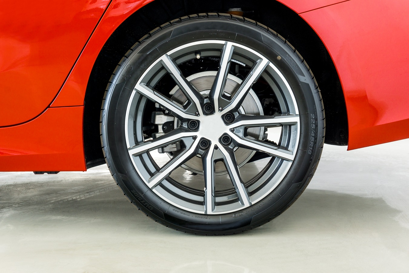 conjunto de pneu e roda de liga leve a frente e de disco e pinca de freio atras