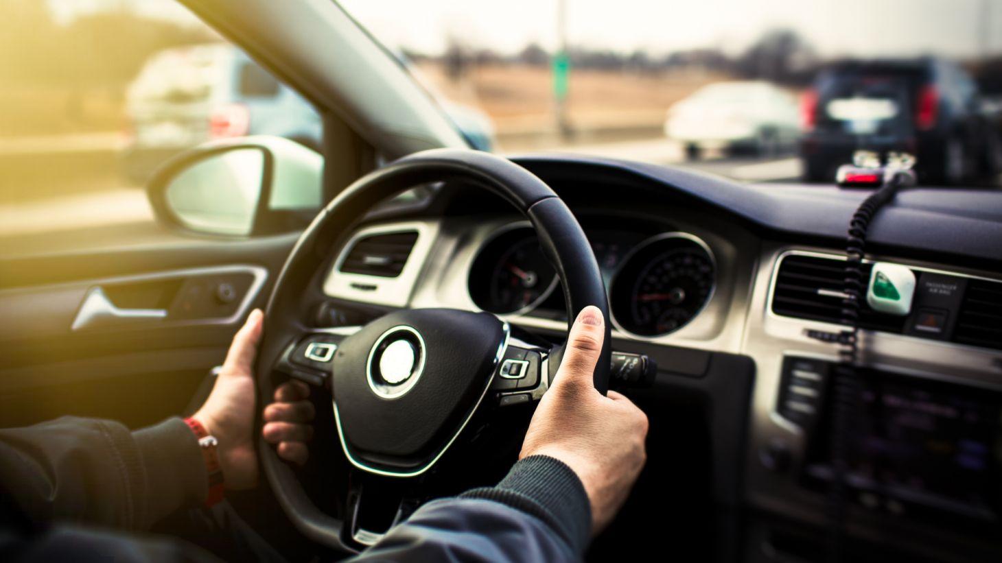 maos motorista volante painel carro transito dirigir