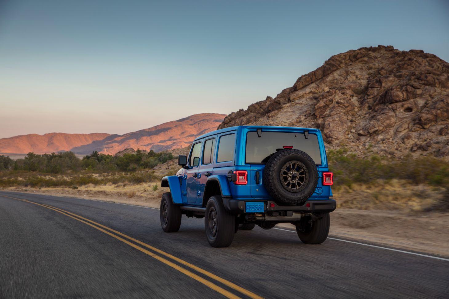 traseira do jeep wrangler rubicon 392 azul