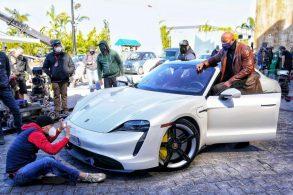 The Rock fica 'espremido' em Porsche ao gravar filme da Netflix