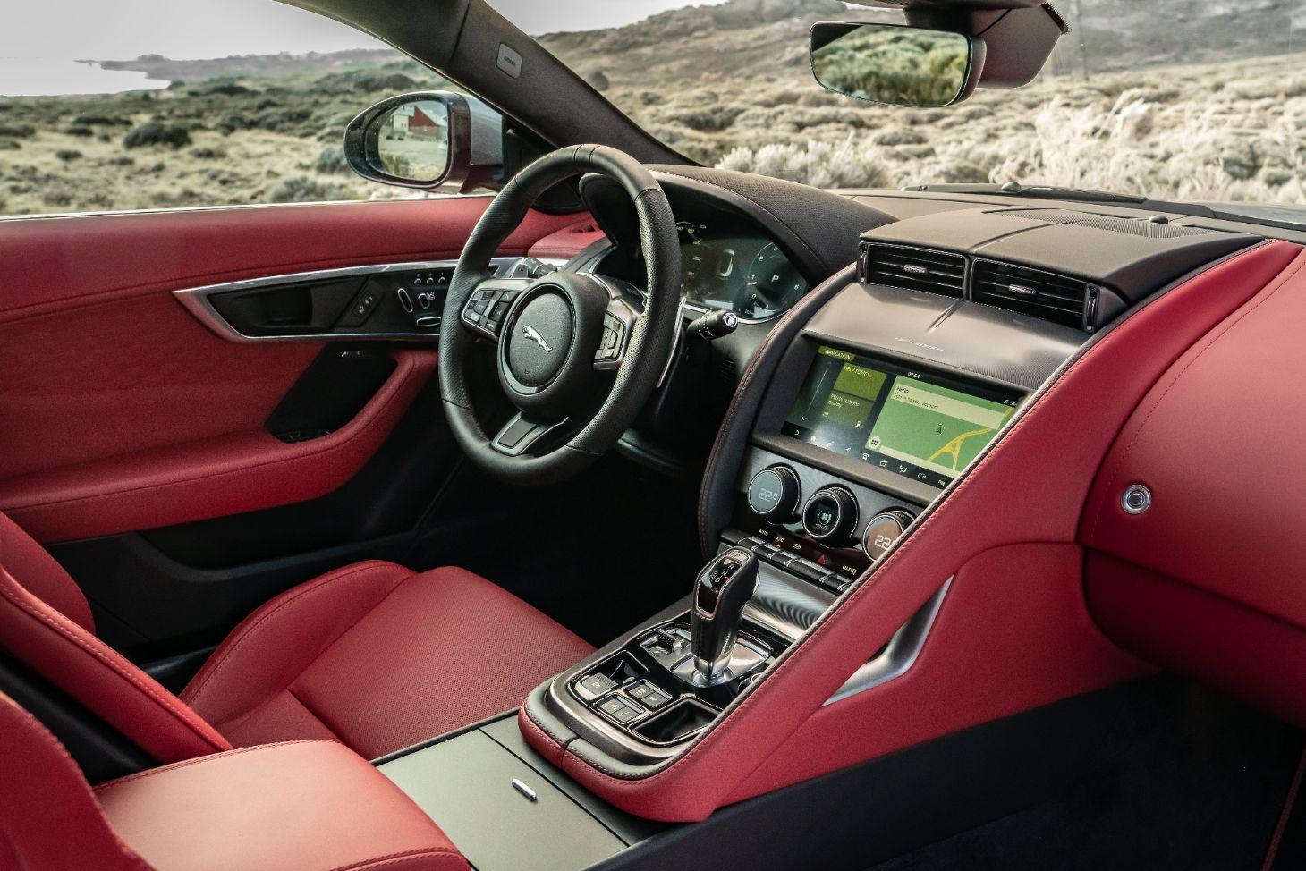 detalhes do interior do novo jaguar f type p300 coupe com bancos e acabamentos em couro mars red