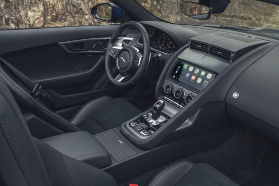 interior do jaguar f type 2021 conversivel com acabamentos em couro