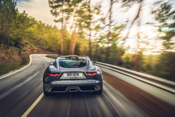 traseira do novo jaguar f type p300 coupe cinza rodando em estrada