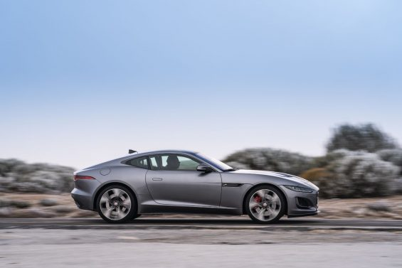 lateral do jaguar f type p300 coupe 2021 cinza