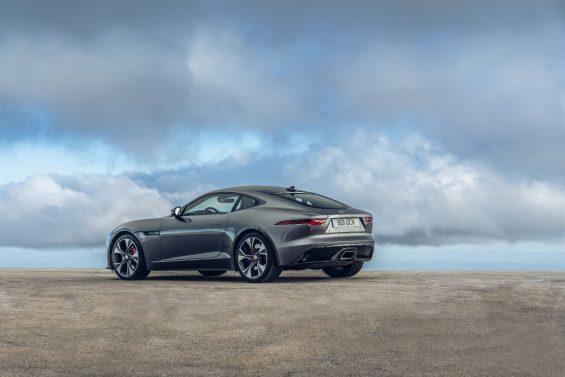 novo jaguar f type p300 coupe cinza estacionado