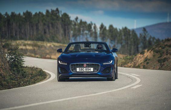 novo jaguar f type p300 conversivel azul visto de frente em rodovia