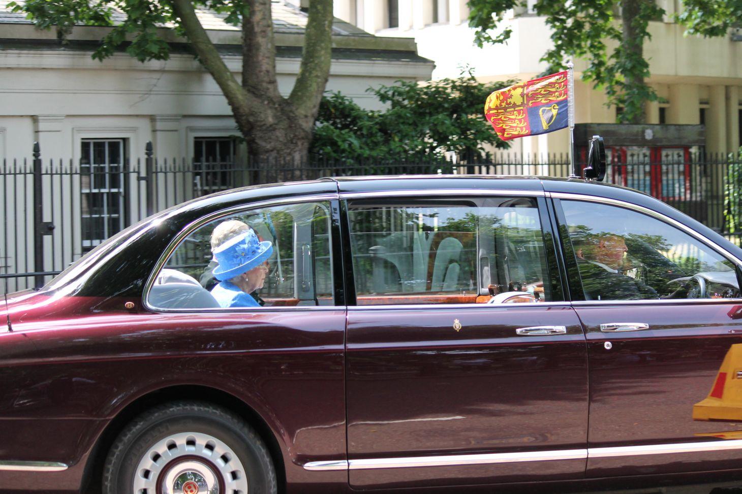 rainha elizabeth carro real limusine bentley