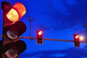 Avançar sinal vermelho durante a noite é infração?
