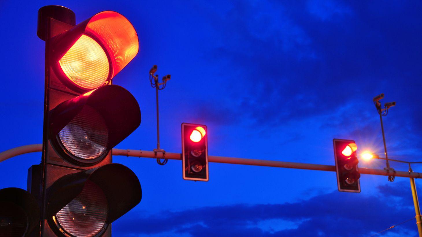 sinalizacao semaforo transito vermelho duante madrugada