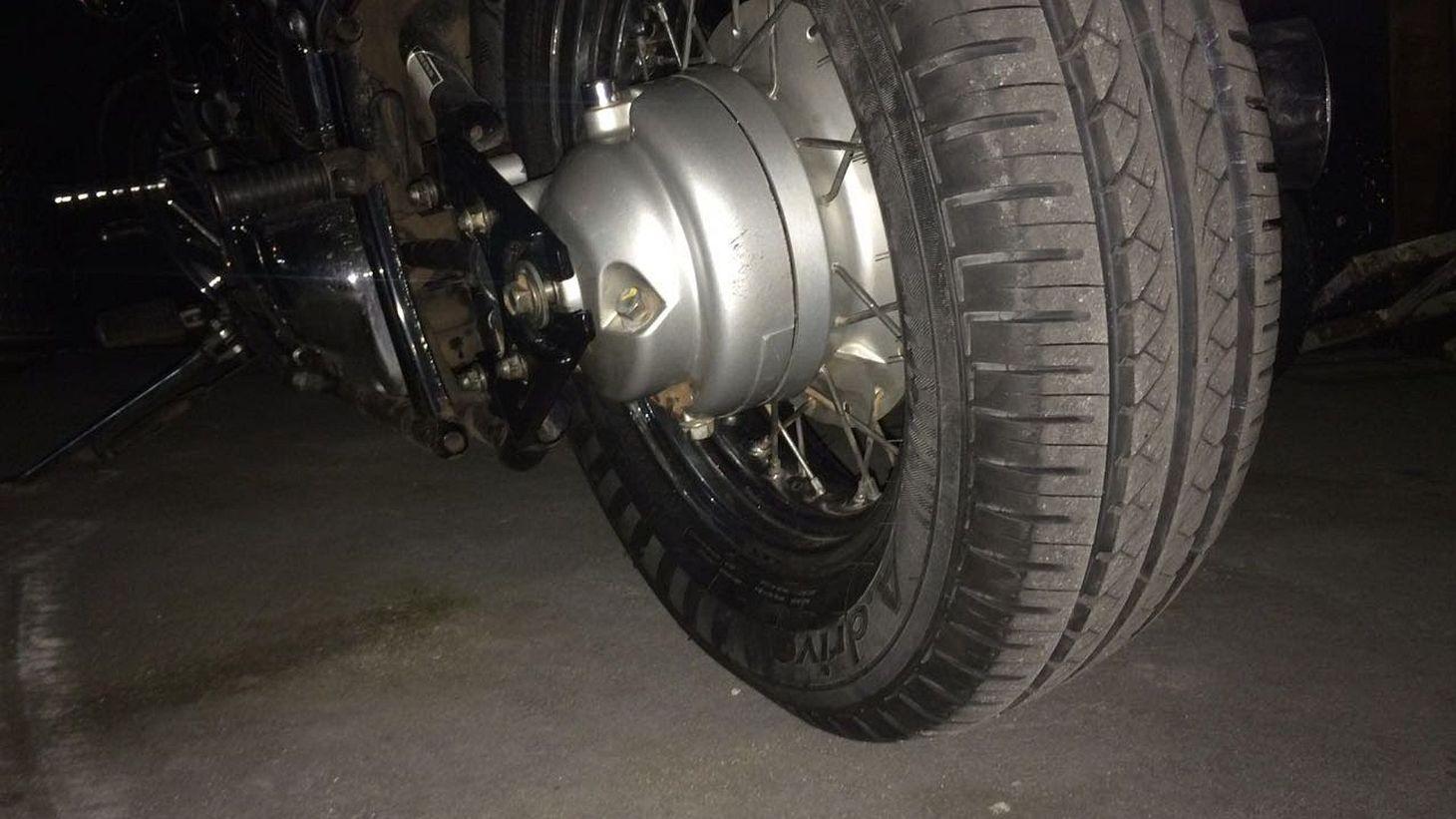 pneu de carro instalado em moto foto continental