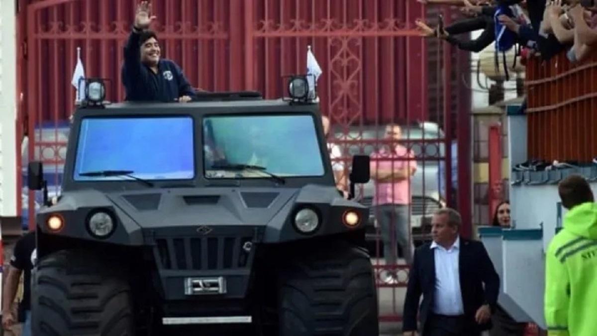 maradona a bordo de veiculo militar