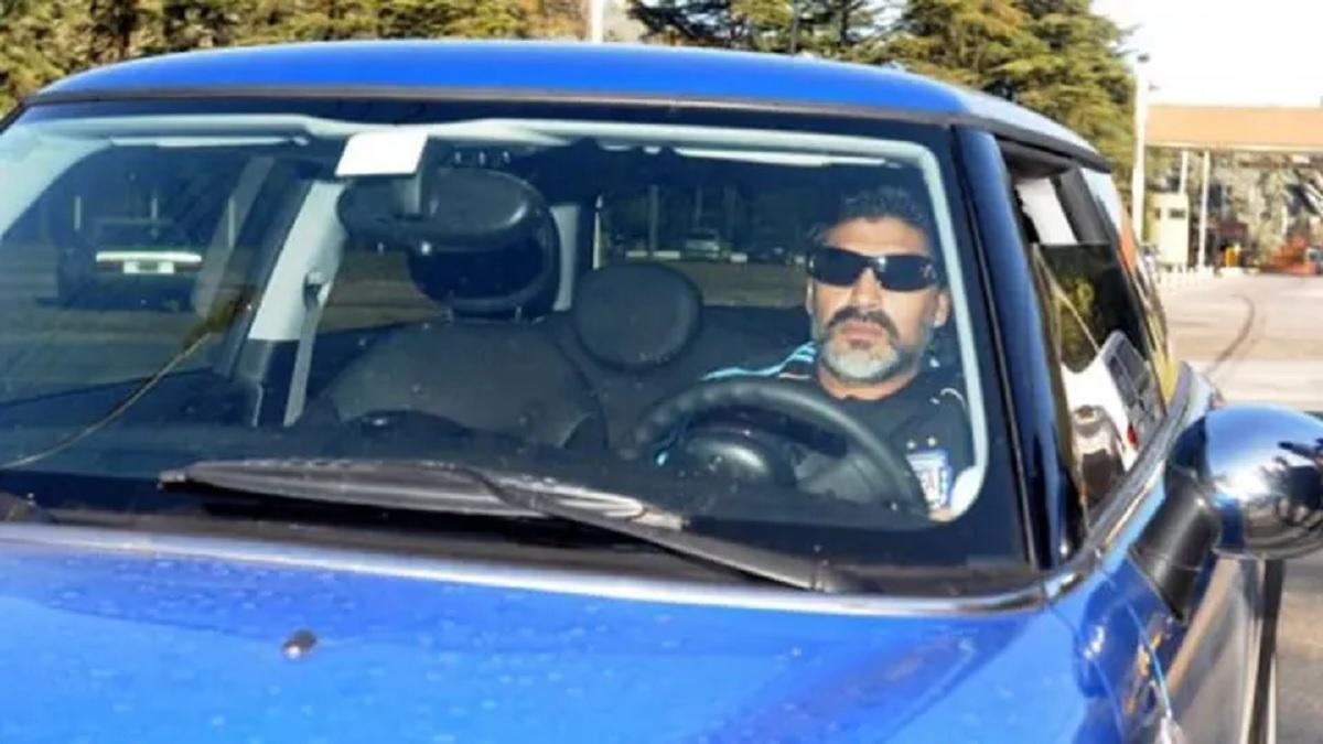 maradona dirigindo mini cooper s