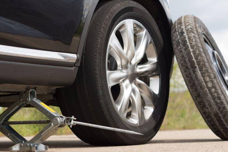 macado levantando carro trocando roda estepe emergencia sobressalente fininho