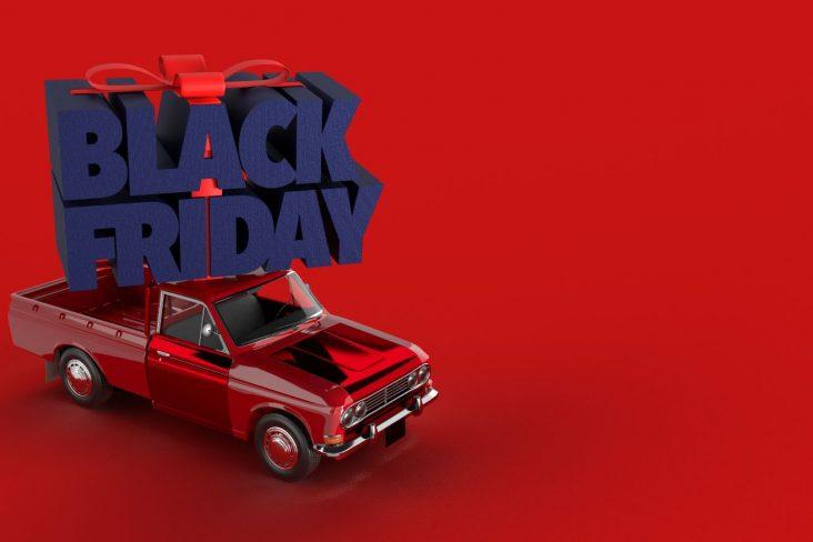 picape vermelha carregando letreiro escrito black friday