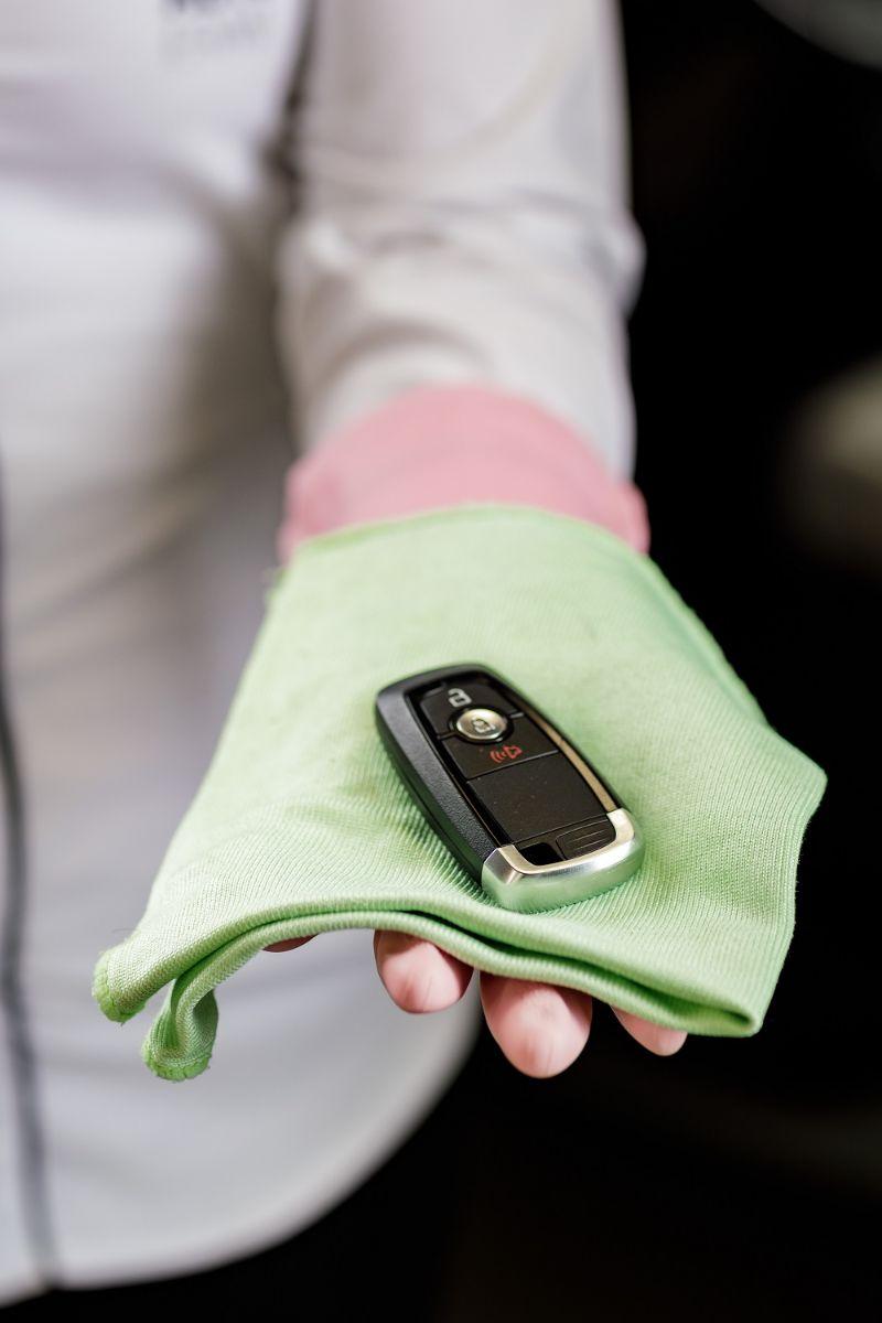 chave de carro ford sobre pano verde nas maos de homem com camisa social