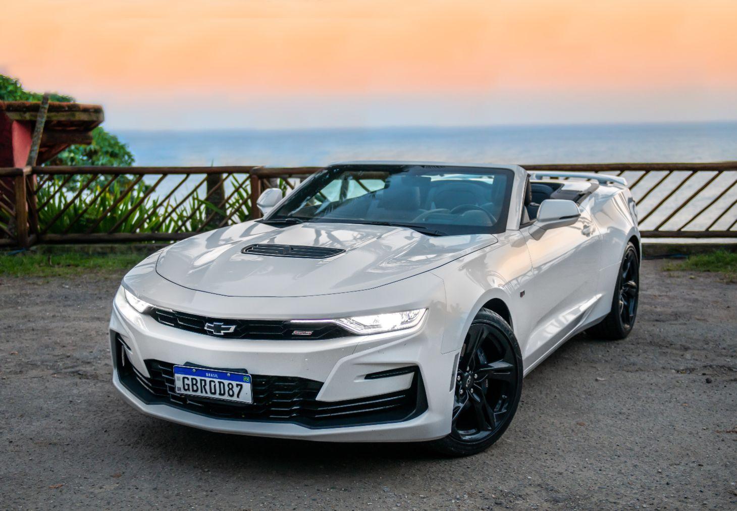 chevrolet camaro ss 2021 branco conversivel estacionado em mirante