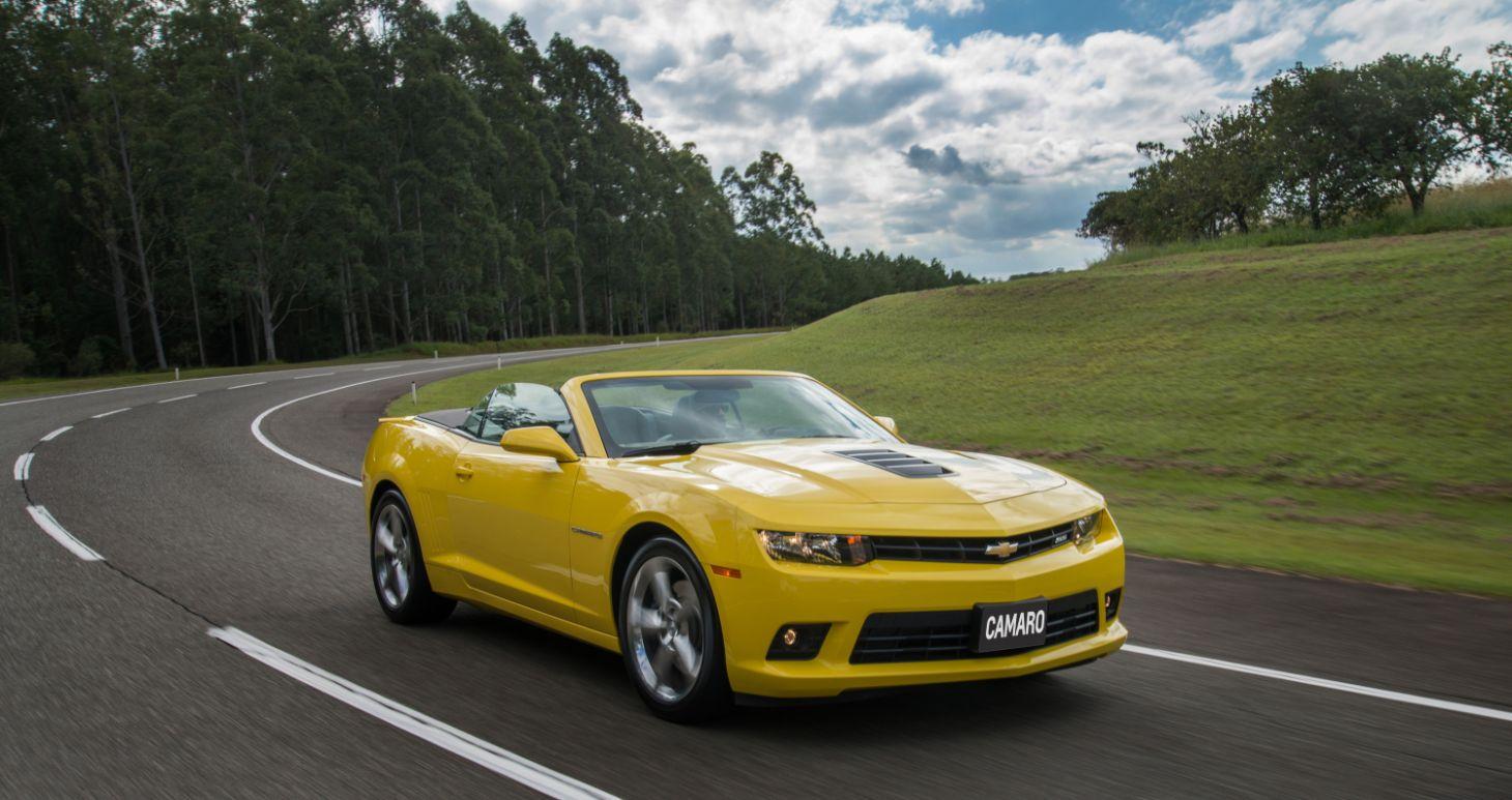 chevrolet camaro 2014 amarelo conversivel rodando em estrada