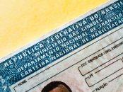 detalhe da carteira nacional de habilitacao cnh de um motorista homem