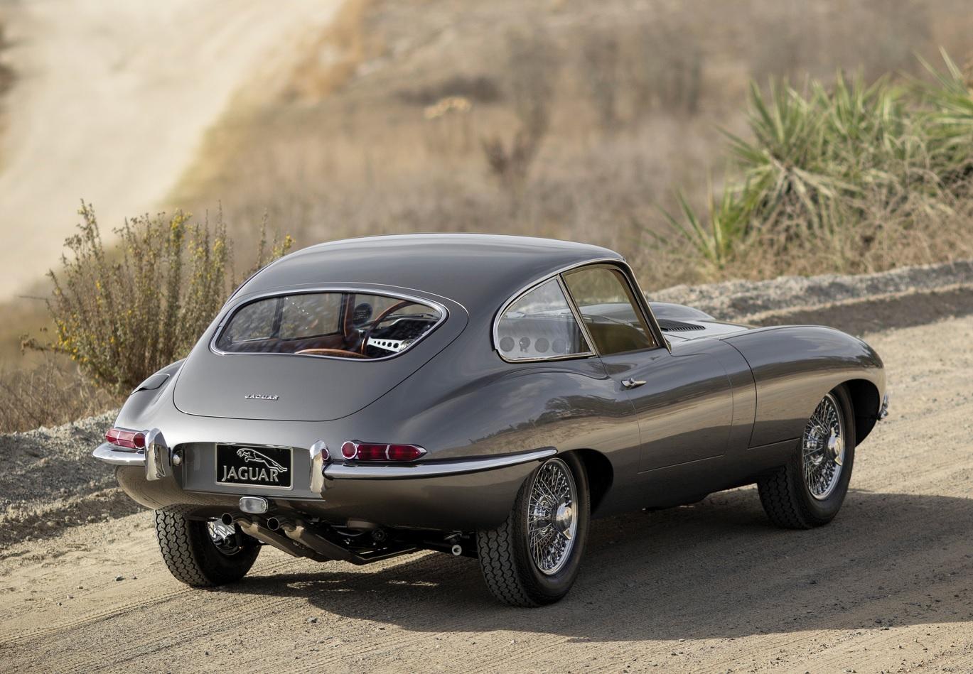 jaguar e type coupe cinza traseira