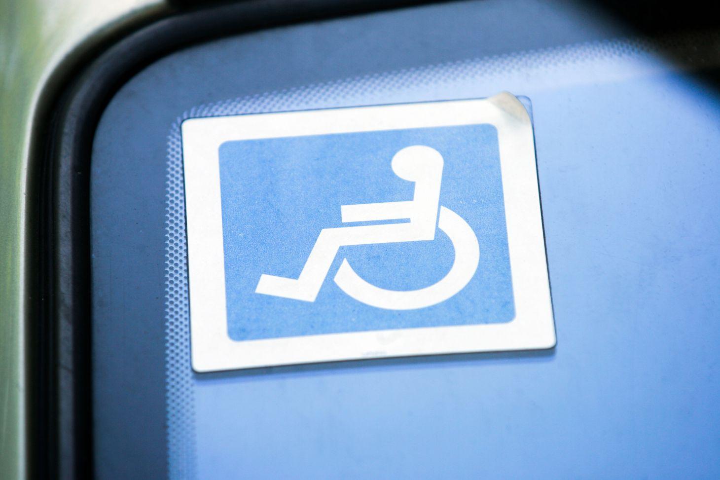 adesivo de pessoa com deficiência pcd em para-brisa de carro