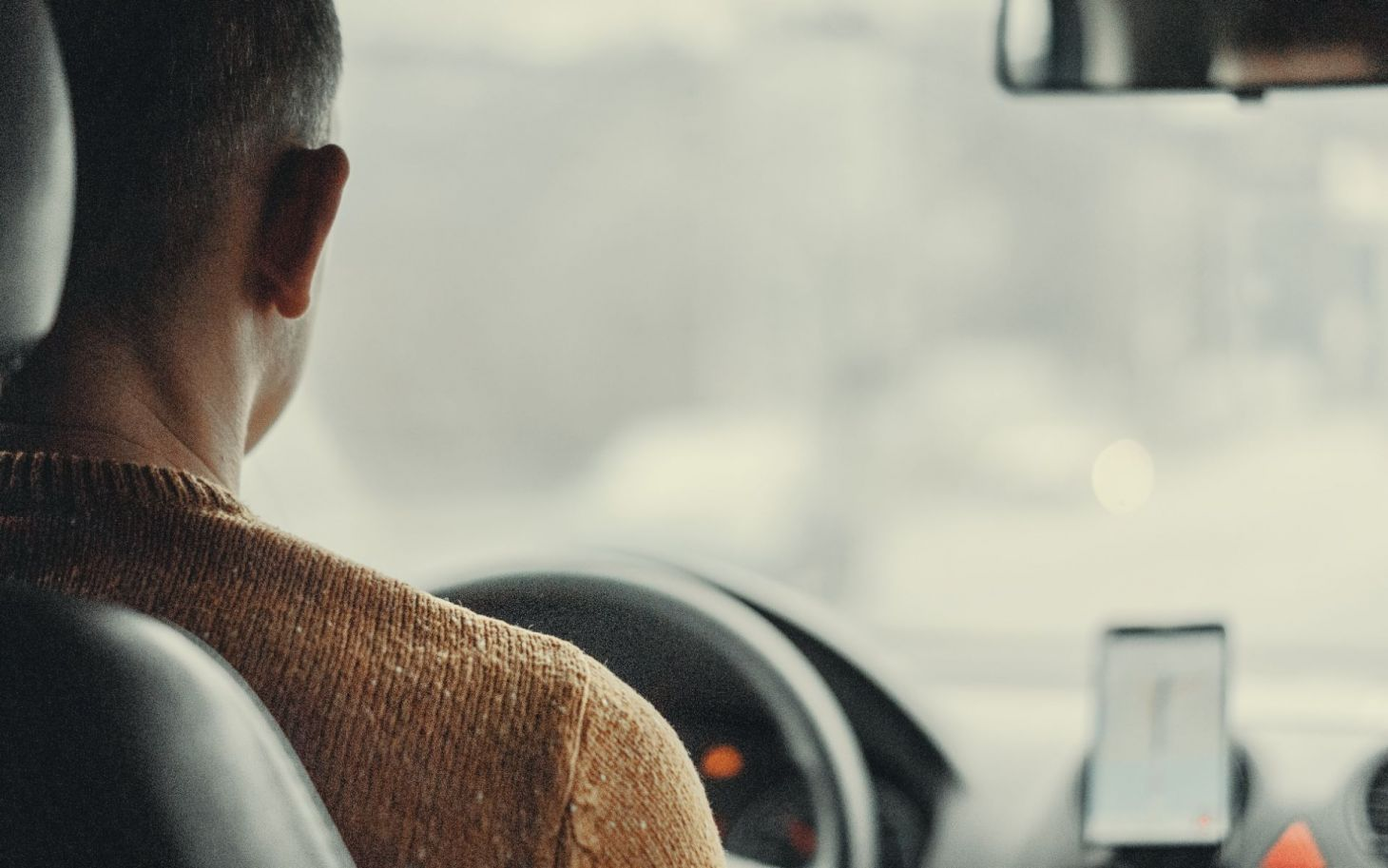 motorista de aplicativo homem com camisa amarela dirigindo veiculo victor xok unsplash