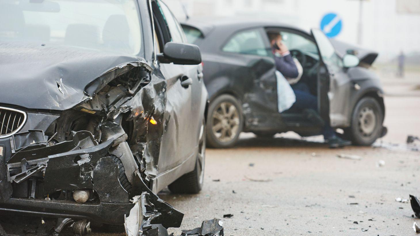 acidente entre carros rodovia