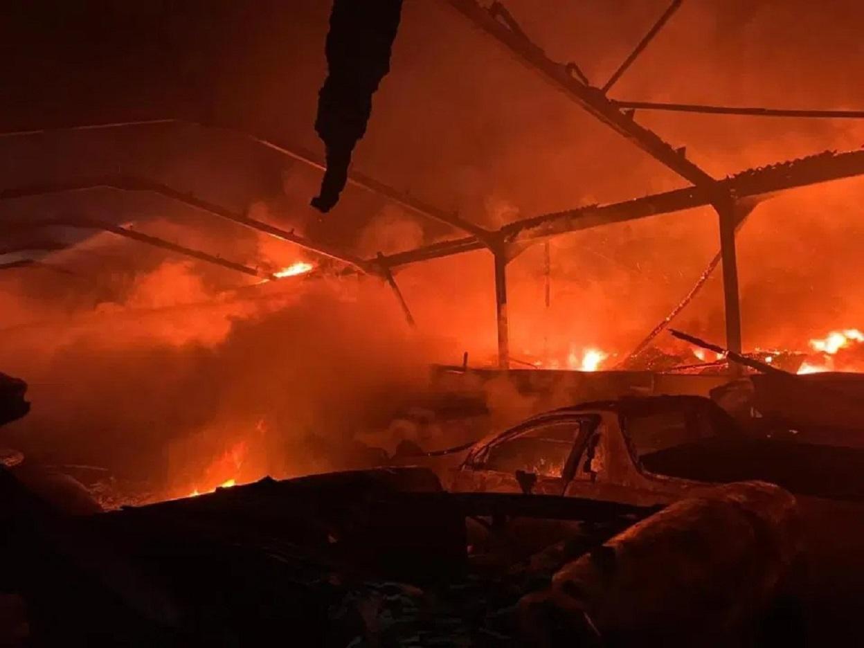 incendio em garagem de supercarros na inglaterra foto jornal the sun 1
