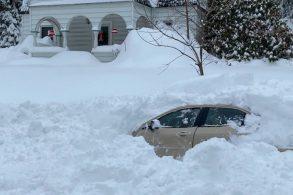 Carro é soterrado por neve e motorista espera 10 horas por resgate