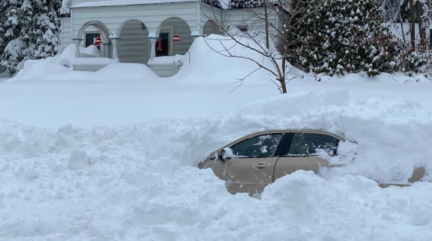 carro soterrado por neve nos estados unidos