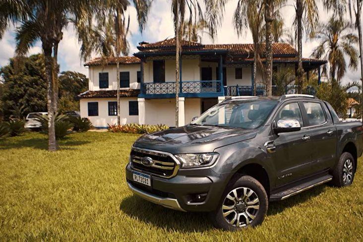 ford ranger limited cinza de frente em fazenda