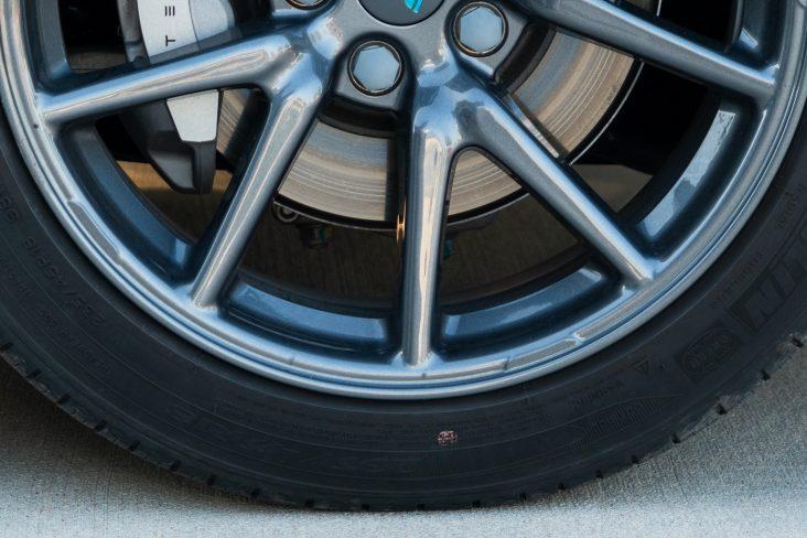pinta na banda lateral de pneu de carro