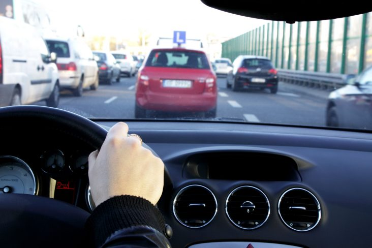 motorista dirigindo viagem de carro rodovia estrada