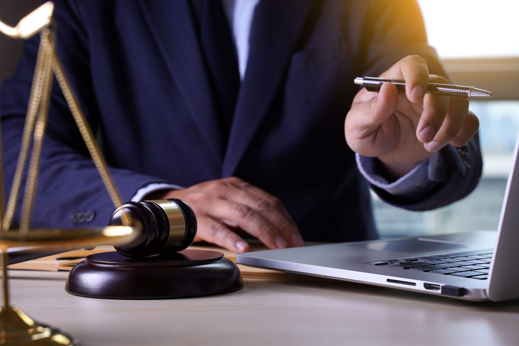 homem de terno com mao no computador indicando autenticacao de documentos de veiculos online