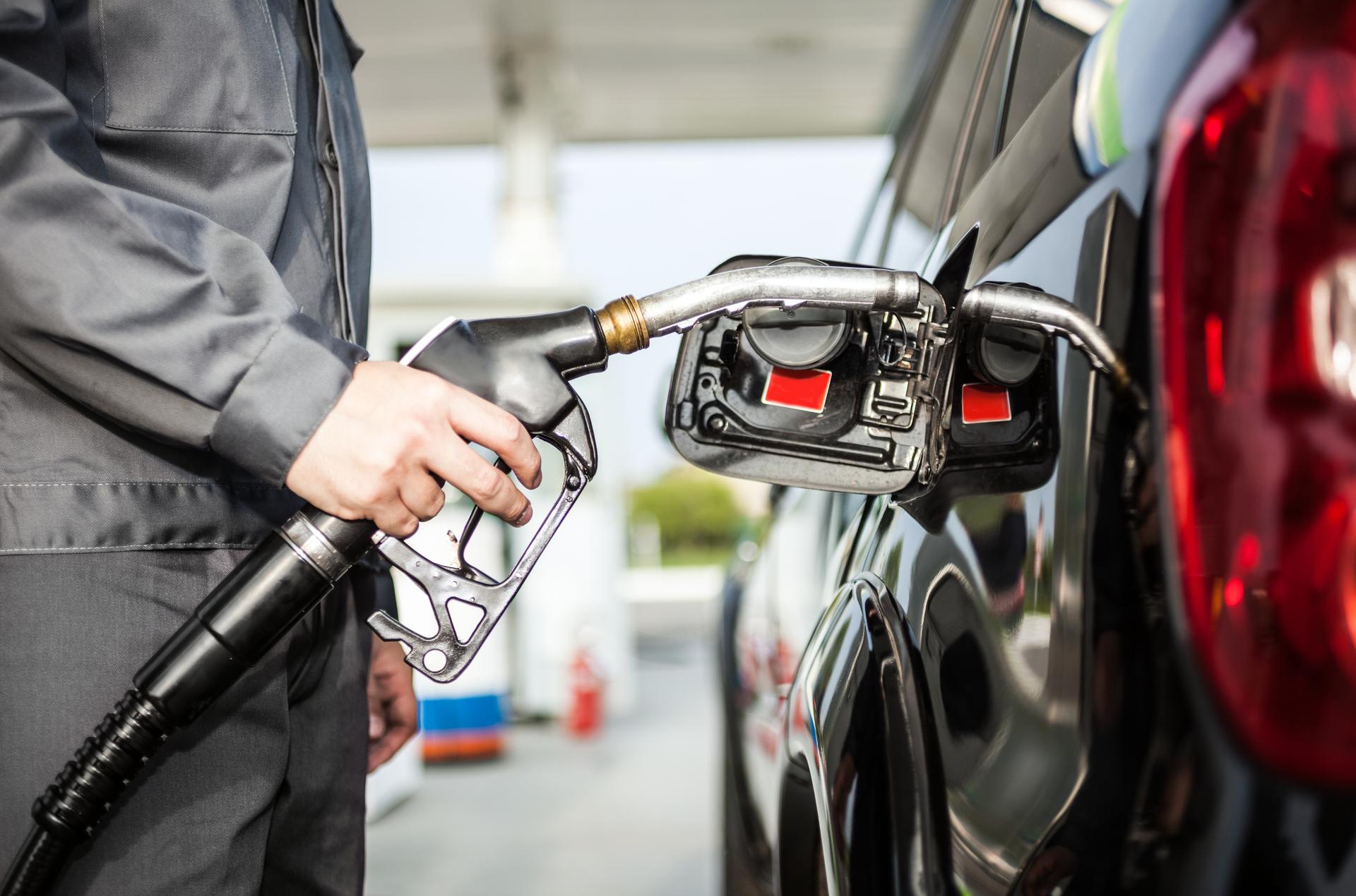 frentista abastecer carro com gasolina etanol