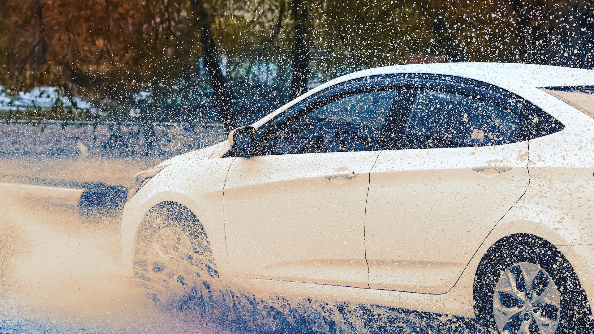 carro sob chuva trecho alagado aquaplanagem