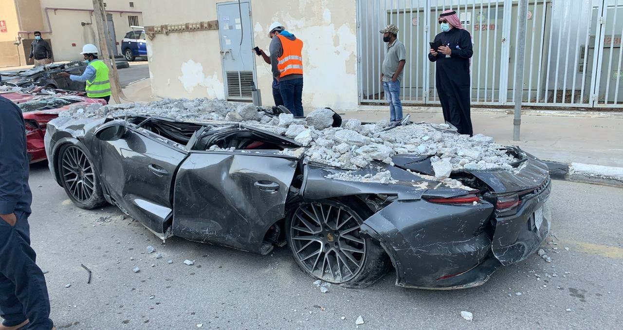 porsche esmagado por desmoronamento na arabia saudita
