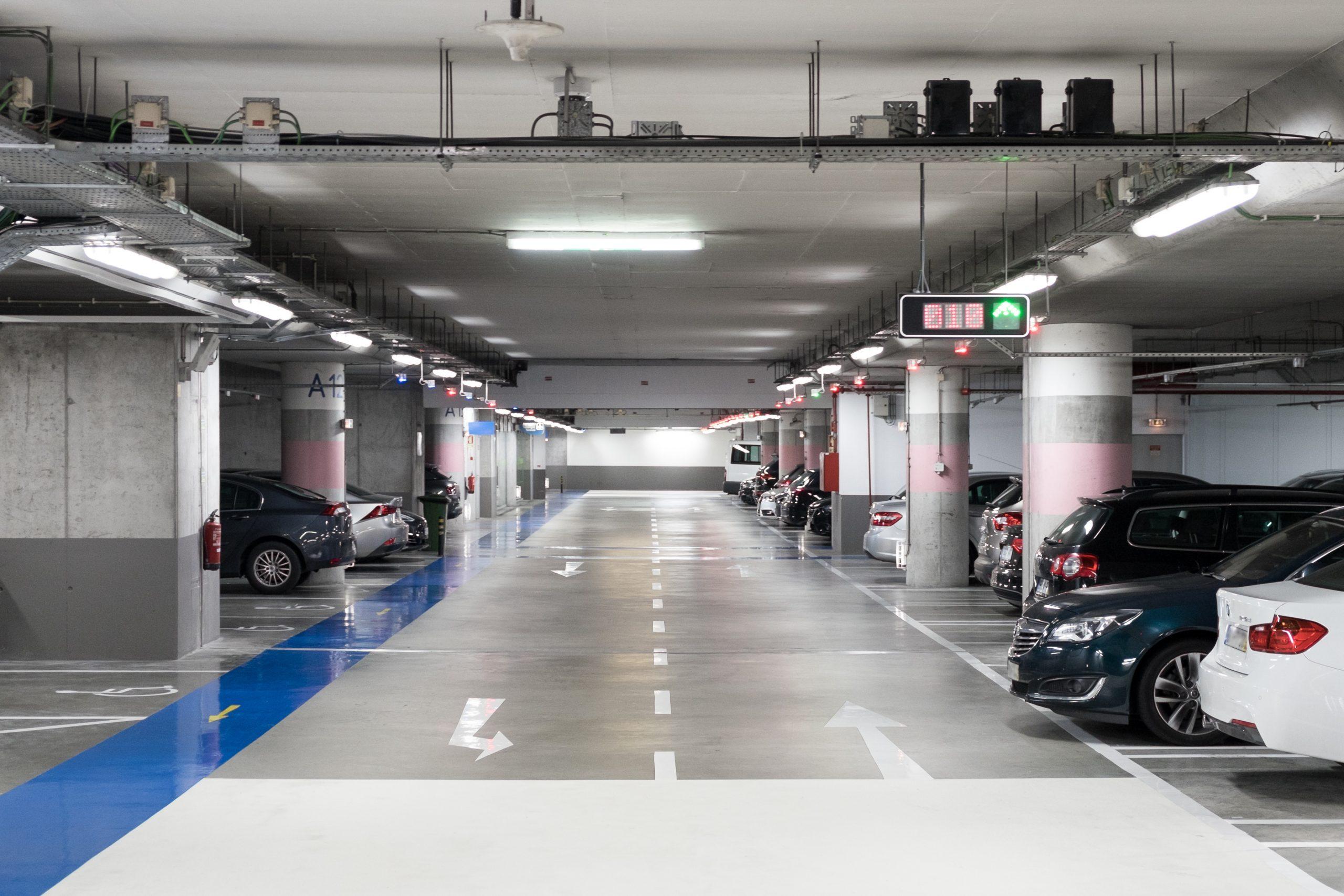 estacionamento subeterraneio comercial parcialmente cheio e com vaga para pessoa com deficiencia pcd foto shutterstock