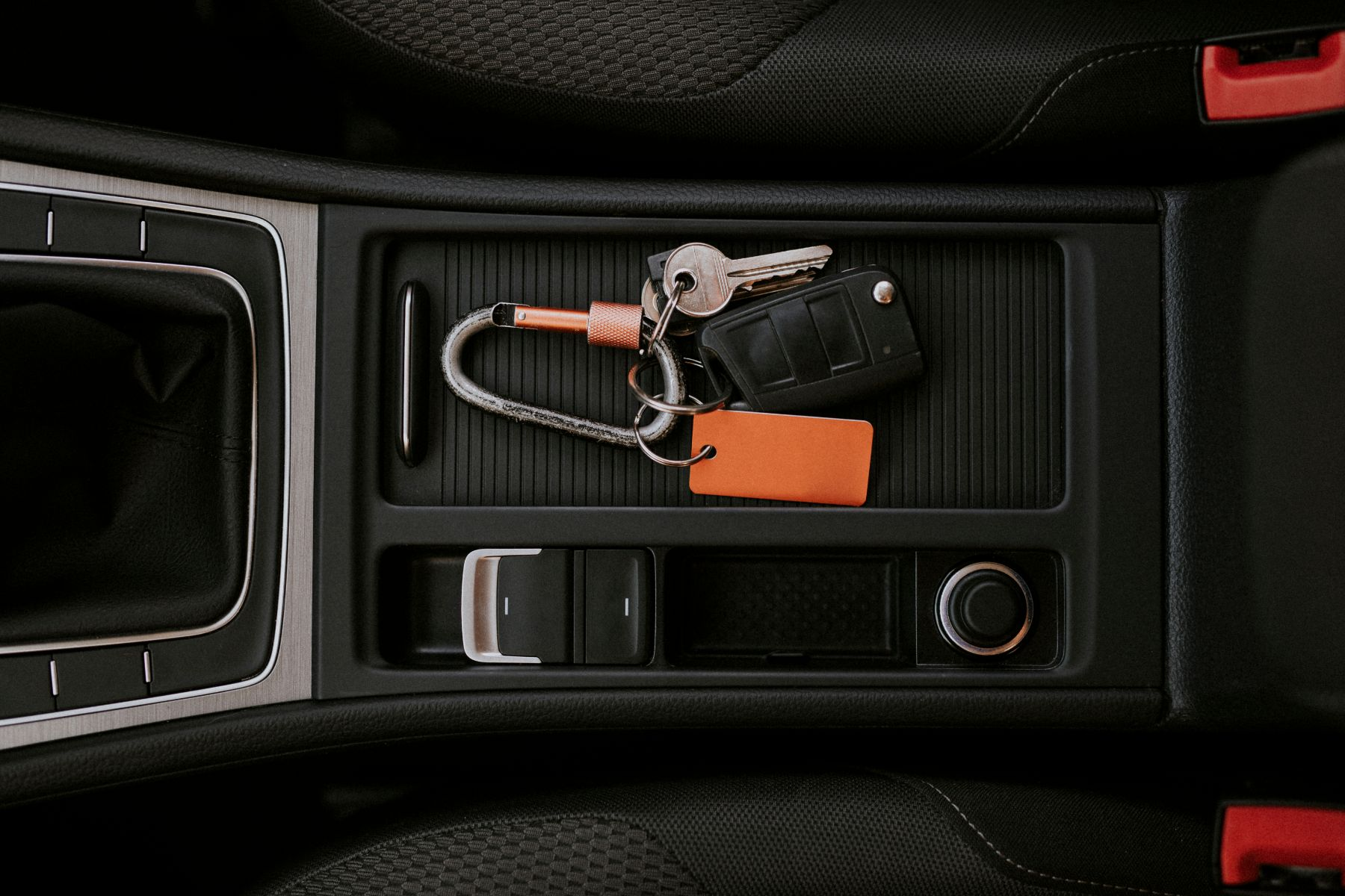 chave presencial keyless no console central do carro shutterstock