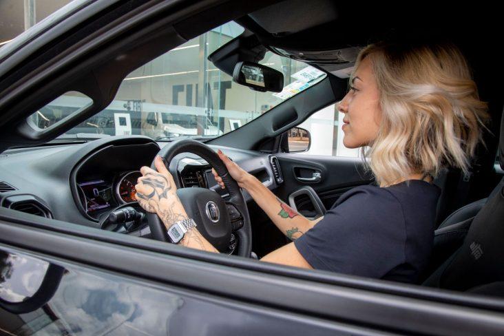 mulher ao volante de um modelo jeep foto fca