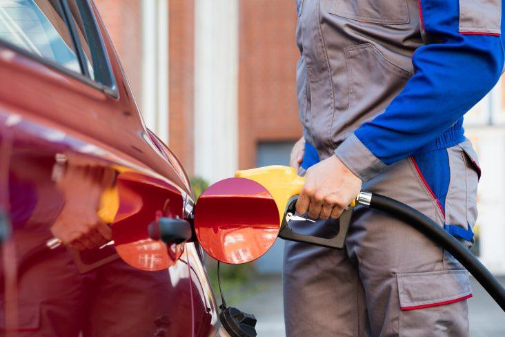 frentista abastecer carro posto combustivel