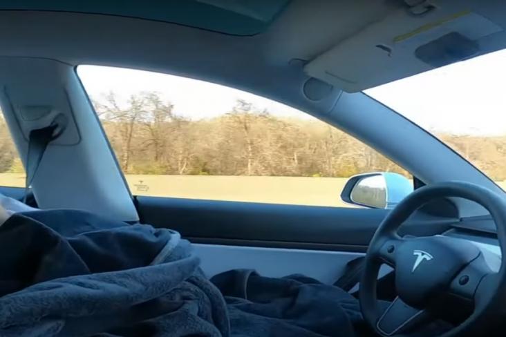 jovem dormindo dirigir tesla model 3