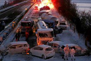 Mau tempo causa gigantesco acidente envolvendo 134 veículos