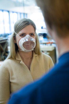 mulher loura usa mascara clara n95 desenvolvida pela ford